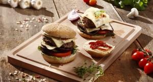 Burger z grillowanymi warzywami i serem